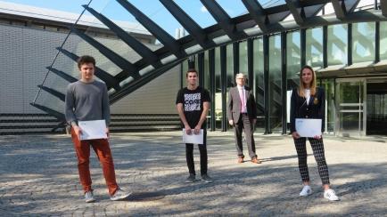Die Rotary-Preisträger Dominique Garmier (1. Platz), Pascal Bucher (2. Platz) und Daniela Wildi (1. Platz, von links) mit Rotarier-Präsident Denis Kopitsis (hinten).
